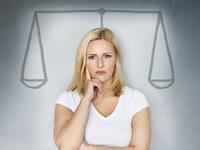 אשה מתלבטת באיזה תוכנית הבראה לעסק כדאי לבחור