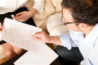 איש עסקים בודק חוזה זכיינות