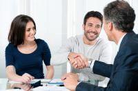 בעלי עסק מקבלים הלוואה