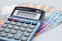 מחשבון ושטרות כסף שניתנו בהלוואה