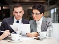יועצת עסקית מספקת שירותי ייעוץ עסקי לאיש עסקים צעיר