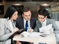 אנשי עסקים בפגישה הנוגעת לגיוס הון ליזמים