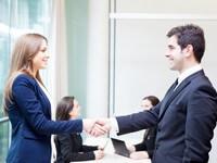 אדם לוחץ יד לאחר חתימה על הלוואת הון חוזר לעסק