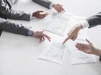 אנשי עסקים שוקדים על כתיבת תוכנית עסקית מהירה