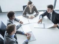 קבוצת אנשי עסקים מקבלים ייעוץ פיננסי