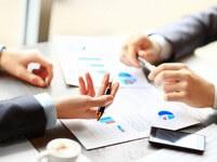 אנשי עסקים בפגישה הנוגעת לשאלה איך בונים תוכנית עסקית