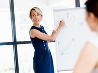 אשה מעבירה מצגת על ניהול קשרי לקוחות