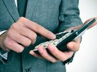 איש עסקים עוסק בניהול כספים בחברה