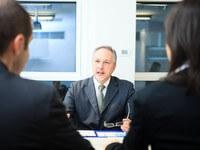 איש עסקים בפגישה בנוגע לגיוס הלוואה
