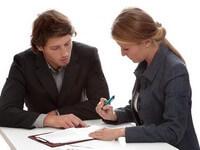 בנקאי מציע הלוואה לבעל עסק במשבר