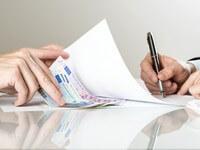 איש עסקים חותם על טפסי הלוואה של קרן ILFA