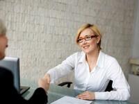 אשת עסקים מקבלת הלוואה ממעוף של משרד הכלכלה