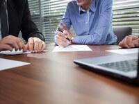 אנשי עסקים מתייעצים לגבי אפשרות של לקיחת הלוואה חוץ בנקאית