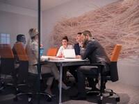 אדריכלים בפגישה לקבלת הלוואה