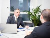 בנקאי בפגישה עם לקוח בנושא הלוואה