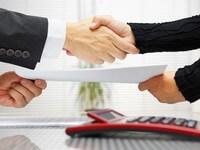 שני אנשי עסקים לוחצים ידיים לאחר חתימה על הלוואה בערבות המדינה להרחבת העסק