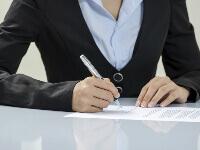 עצמאית חותמת על טופס הלוואה