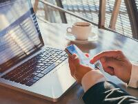 איש עסקים עם מחשב נייד ממלא טפסי הלוואה