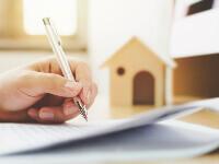 אדם חותם על טופס הלוואה לחברת ייעוץ משכנתאות