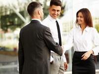 לחיצת ידיים של אנשי עסקים לאחר חתימה על הלוואה בערבות המדינה לחנות אלקטרוניקה