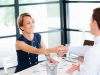 אשת עסקים לוחצת ידיים לאחר פגישה בנוגע להלוואה לעסק ותיק