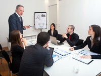פגישת עסקים בנוגע להלוואה לגן אירועים