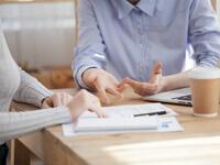 אנשי עסקים חותמים על טופס להלוואה בערבות המדינה לחברת הובלות