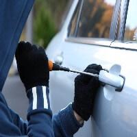 גנב רכבים מבצע פריצה לרכב