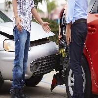 שני נהגים עומדים ליד שתי מכוניות לאחר תאונת דרכים