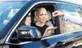 אשה מקבלת מפתחות לאחר שסגרה על עסקת ליסינג לרכב חדש