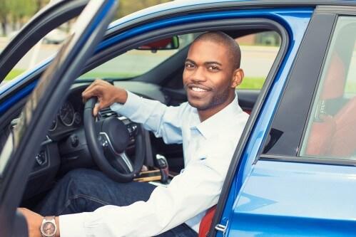 בחור יושב ברכב יד שנייה שקנה בעסקת ליסינג