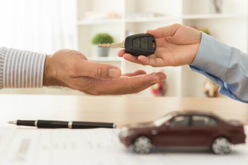 אדם מעביר מפתח לרכב בעקבות חתימה על עסקת ליסינג פרטי