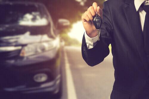 איש עסקים מחזיק מפתח לרכב