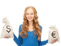 סטודנטית מחזיקה כסף שקיבלה מהלוואת סטודנטים