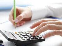 אדם מחשב ריבית של הלוואה בעזרת מחשבון
