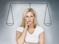 אשה מתלבטת לגבי תהליך מחזור הלוואה