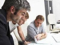חברים בוחנים הצעת הלוואה מחברת ביטוח