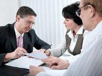 זוג נמצא במעמד של בקשת הלוואה מיידית