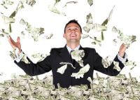 גבר מקבל כסף רב מהלוואה