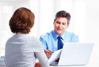 אשה מקבלת ייעוץ לגבי הלוואה