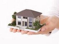 בחור מחזיק דגם של בית שצריך לקבל עליו משכנתא