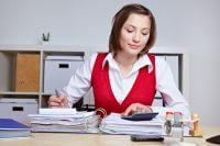 סטודנטית שלומדת על חשבון הלוואה ללא ריבית שקיבלה