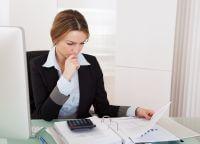 בחורה מחפשת אפשרות להלוואה מהירה