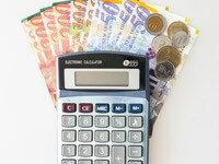 מחשבון וכסף שניתן במסגרת הלוואה ללא ריבית