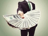 אדם מגיש מניפה של שטרות כסף