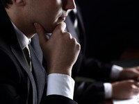 יזם מתלבט אם לקחת הלוואה מגוף חוץ בנקאי