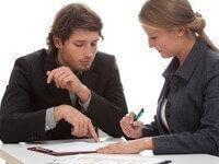 אשה שנותנת הלוואה לבן משפחה