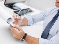 בעל עסק בודק רשימה של חשבונות מוגבלים