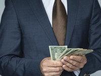 ידיים סופרות כסף שהגיע מהלוואה למוגבלים בעבר
