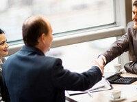לקוח מקבל הלוואה במסלול ההלוואות של בנק אוצר החייל